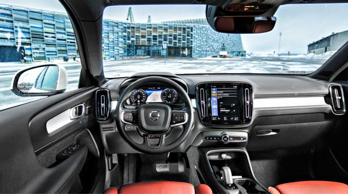 Tyylikäs ja rauhallinen ohjaamo on ilo silmälle. Digitaalinen 12,3 tuuman mittaristo on vakio, ja sen näkymiä voi vaihdella mieltymysten mukaan. Taustapeili sijoittuu varsin lähelle kuljettajaa, koska peilin takana sijaitsevat turvajärjestelmien kamerat ja muut anturit vaativat paljon tilaa.