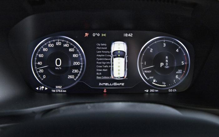 """Volvo käy läpi turvavarusteiden """"tarkistuslistan"""" aina käynnistyksen jälkeen, ja se vilahtaa mittaristoon muutamaksi sekunniksi."""