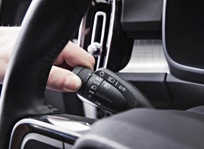 Kaukovaloautomatiikka kytketään aina käynnistyksen jälkeen käyttämällä nuppia ääriasennossa – Auto-valinta ei riitä. Miksi? Nuppi palautuu hämäävästi Auto-asentoon, joka muutoin vaikuttaa vain huomio-lähivalovalintaan. 0-asennossa palavat vain huomiovalot edessä ja perä on pimeä. Takavalot palavat päiväajossa, kun nuppi on Auto-asennossa. Helppoa?
