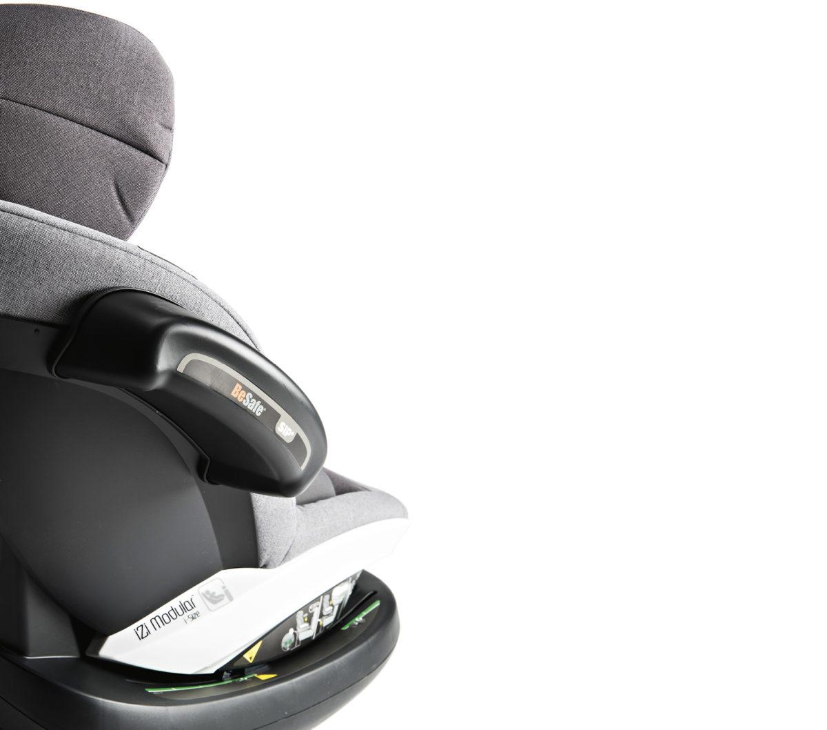 Vanhemmasta R44-standardista poiketen i-Size edellyttää sivutörmäystestejä. Tässä istuimessa sen huomaa kyljen korkeudella olevista suurista sivutörmäyselementeistä.