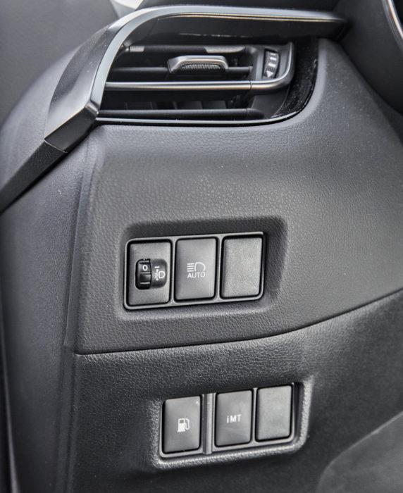 Osa katkaisimista kuten kaukovaloautomatiikan kytkin on katveessa kojelaudan vasemmassa päädyssä.