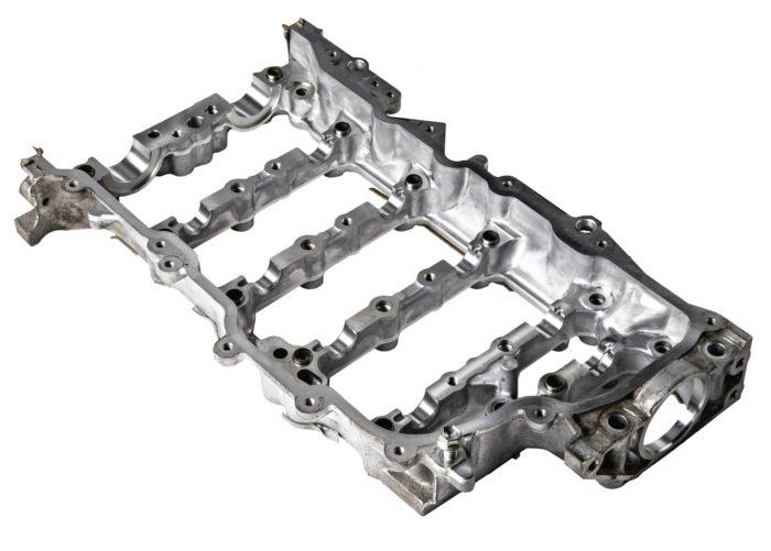Nokka-akseleiden laakerointi on hoidettu välikannen avulla, joka painaa nokka-akseleita alaspäin. Laakereissa ei ole erillistä laakerimetallia, vaan öljykalvo akselin ja alumiinikehdon välillä hoitaa laakeroinnin.
