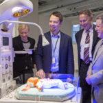 Testaustoiminnan päällikkö Timo Alalääkkölä (keskellä) kertoo, että myös fyysisiä malleja, kuten nukkeja, tarvitaan terveydenhoidon suunnittelussa ja koulutuksessa.