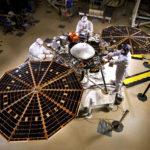 Laskeutujan aurinkopaneelit levitettiin testauksen aikana useampaan kertaan. Kukan terälehtien tapaan avautuvat paneelit avataan vasta Marsin pinnalla laskeutumisen jälkeen. Siihen saakka ne ovat pakattuina laskeutujan päällä. Kuvassa näkyy hyvin myös seismometrin puolipallon muotoinen kupu laskeutujan päällä.