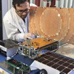 Marsiin lähtee myös kaksi liftaria: kaksi samanlaista satelliittia ovat nimeltään Mars Cube One, eli MarCO, ja ne ovat kooltaan kuuden cubesat-yksikön kokoisia laitteita (noin 36 x 24 x 11 cm).