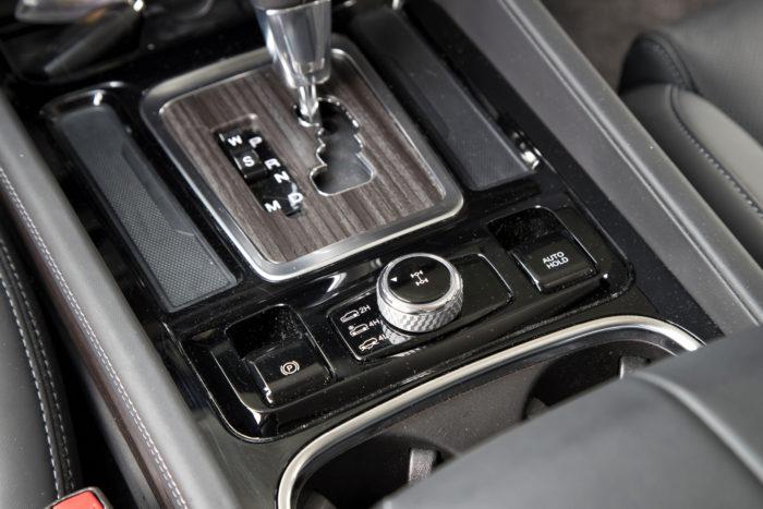 Vetotapa valitaan selkeästä rullakytkimestä. Taka- ja nelivedon välillä vaihto onnistuu alle 100 km/h:n nopeudessa. Seisontajarru on sähkötoiminen, ja siihen liittyy myös pitojarrutoiminto (Auto Hold).