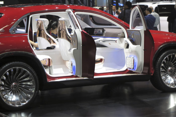 Mercedes-Maybach Ultimate Luxury Concept (ks. avauskuva) yhdistää muodoillaan ja olemuksellaan korkeimman tason edustusauton ja katumaasturin. Vaalealla nahalla, jalopuulla ja kromilla viimeistellyssä matkustamossa matka sujuu äänettömästi. Liikkumisesta vastaavat neljä sähkömoottoria, jotka kehittävät 552 kilowattia. Lattian alle sijoitetun akun energiasisältö on 80 kilowattituntia, mikä riittää yli kolmensadan kilometrin ajoon.