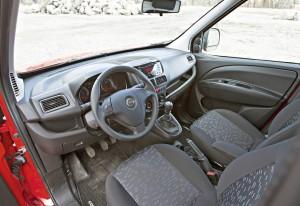 OHJAAMO on valoisa ja näkyvyys hyvä. Istuimen ja ohjauspyörän säädöillä ajoasennosta saa mieleisen, joskin pisimmillä kuljettajilla väliseinä voi tulla vastaan istuimen pituussäädössä. Sivupeilien alaosa antaa laajakulmanäkymän lähinnä kanttikiveen, ei viereisen kaistan katveeseen.