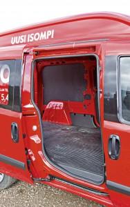 VASEMMAN kyljen liukuovi helpottaa kuormausta. Oviaukko kapenee alaosastaan noin 70-senttiseksi, ja ylempänä ohjaamon ja tavaratilan väliseinä työntyy tavaratilan puolelle.