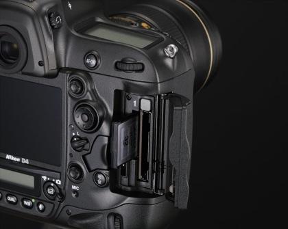 Nikon D4 korttipaikat