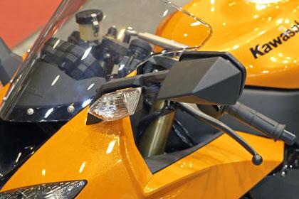 Kawasaki ZX 10 R:n peiliin on sijoitettu suuntavilkku