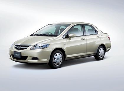 Honda Fit Aria (73–88 kW): Jazzin porrasperäinen versio.