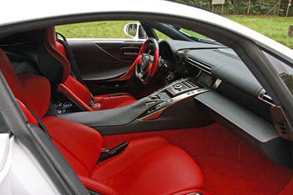 OHJAAMOA hallitsevat tukevat istuimet, korkea keskikonsoli sekä osin hiilikuituinen ja alareunastaan litistetty ohjauspyörä.