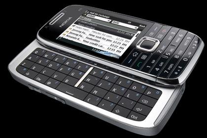 NOKIA E75 on vanhan 9300 Communicator -mallin seuraaja. Kooltaan se on vain tätä huomattavasti solakampi. Liukuvalla qwerty-näppäimistöllä varustetussa puhelimessa on hsdpa-yhteydet, wlan-lähiverkkojen tuki, agps sekä 3,2 megapikselin kamera. Toimintoja täydentävät Nokia Kartat -sovellus sekä opastava navigointi. Laitteen ominaisuuksiin kuuluu myös Nokia Ovi Files, joka mahdollistaa tietokoneelle tallennettujen tiedostojen etähallinnan ilman, että tietokoneen tarvitsee edes olla päällä. Pikapuoliin myyntiin tulevan Nokia E75 -uutuuden hinta tulee olemaan noin 500 euroa.
