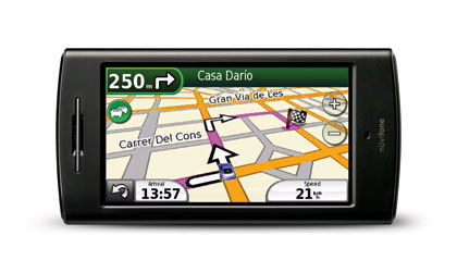 GARMIN-ASUS nüvifone G60 -mallissa on iso, 3,55-tuumainen kosketusnäyttö. Toimintoihin ja sovelluksiin päästään käsiksi kolmen pääkuvakkeen kautta. Tavanomaisten navigointiominaisuuksien, mielenkiintoisten kohteiden, kirjaston ja puhe- sekä nuoliopastuksen lisäksi G60:ssä on myös joukko hyödyllisiä erikoistoimintoja. Kun laite esimerkiksi irrotetaan autotelineestä, se tallentaa paikan automaattisesti muistiin. Tästä on apua vaikka ruuhkaisella parkkipaikalla. Lisäksi puhelimessa olevalla kameralla otettuihin kuviin voi lisätä myös paikkatiedon, jolloin esimerkiksi hyväksi todettua ravintolaa voi suositella – ja näyttää – tutuille. G60:n mitat ovat 112 x 58 x 14,6 mm. Linux-käyttöjärjestelmällä toimiva laite painaa 137 grammaa.