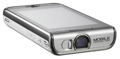 SAMSUNG I7410 -projektoripuhelimella on helppo tehdä vaikutus yleisöön. Puhelimeen tallennetut kuvat tai videoesitykset voi projisoida suoraan seinälle tai valkokankaalle. Valmistajan mukaan puhelimessa olevalla projektorilla on mahdollista tuottaa jopa 50 tuuman kuvakoko. Puhelimen muita ominaisuuksia ovat 3,2 tuuman kosketusnäyttö, ula-radio, langaton bluetooth sekä automaattitarkennuksella varustettu viiden megapikselin kamera.